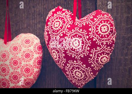 Valentines Day background with handmade toy coeur sur fond de bois. Selective focus, tonique Banque D'Images