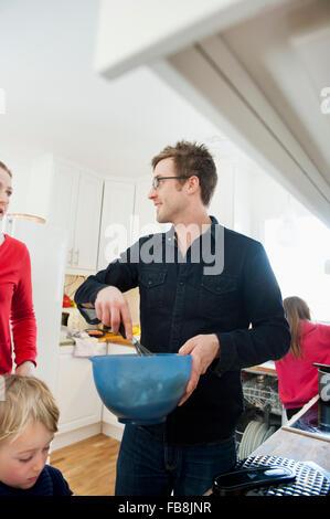 La Suède, l'enfant (4-5, 10-11) avec les parents dans la cuisine