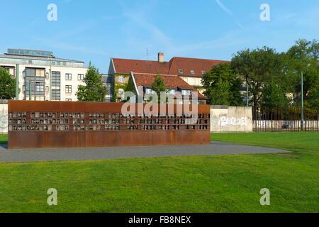 Fenêtre, mémorial du mur du Souvenir, des images des victimes du Mur, Bernauer Strasse, Berlin, Brandebourg, Allemagne Banque D'Images