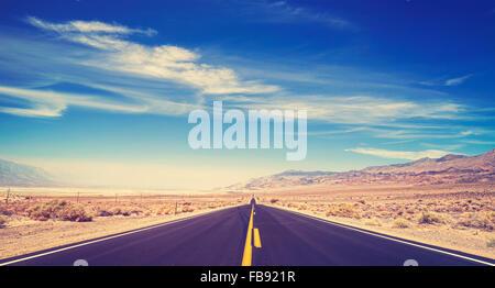 Pays sans fin aux tons Vintage autoroute, Death Valley, USA.