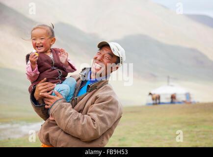 Père et fille partagent un rire Kharkhiraa Turgen Parc National, la Mongolie. Banque D'Images