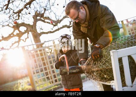 La Suède, Sodermanland, Alvsjo, père avec son (6-7) sciage de sapin sur l'arrière-cour