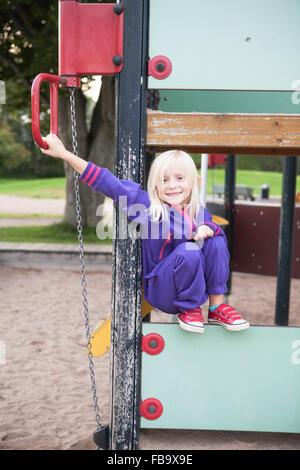 La Suède, Portrait of Girl (4-5) in playground Banque D'Images