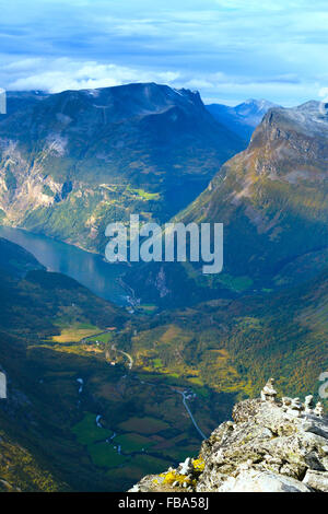 La Norvège, More og Romsdal, Sunnmore, Geirangerfjord, Elevated view of mountain valley avec winding road Banque D'Images