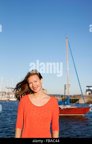 La Finlande, Helsinki, Uusimaa, Kaivopuisto, Portrait de jeune femme avec mer en arrière-plan Banque D'Images