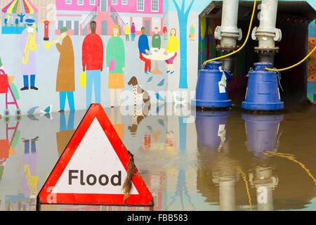 Le pompage de l'eau de l'inondation de Hardwicke Circus à Carlisle, Cumbria, le mardi 8 décembre 2015, après une Banque D'Images