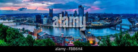 Portrait de la Pittsburgh Skyline at Sunset de Mt Washington, Pennsylvanie Banque D'Images