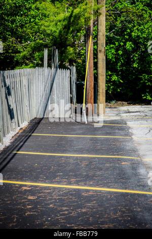Parking peint sur les lignes de côté d'une clôture blacktop