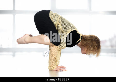 Femme danseuse sportive dans la classe de l'exercice, faisant de l'aérobic, de formation pratique de l'ATR, faisant Banque D'Images