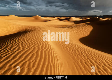 Les dunes de sable du Sahara avec orageux, ciel nuageux, au Maroc.
