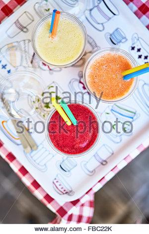 Des smoothies sur la table arbre Banque D'Images
