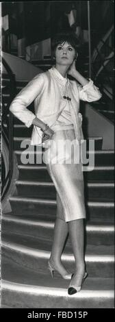 1962 - Grands couturiers présent printemps - été fashion   un aperçu sur le Coco  Chanel cd093bbc38a
