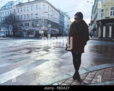 Jeune femme debout sur une rue de ville
