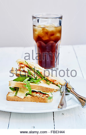 Sur la plaque sandwich au poulet Banque D'Images