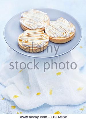 Trois tartelettes au citron sur bleu Banque D'Images