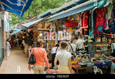 Hong Kong Chine Stanley Market magasins avec les touristes d'acheter des souvenirs à célèbre village tous commerces Banque D'Images