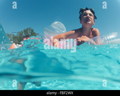 Low Angle View Of Boy Swimming In Pool Banque D'Images