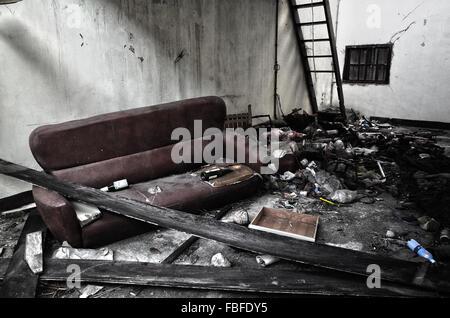 Chambre en désordre dans la maison abandonnée Banque D'Images
