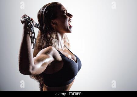 Composite image d'athlète en colère crier tout en chaîne de détention Banque D'Images