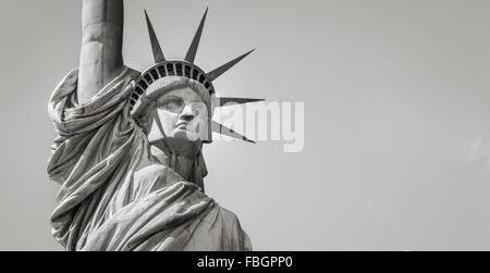 Vue panoramique près de la Statue de la liberté en noir et blanc y compris la couronne, tête et bras. Liberty Island, Banque D'Images