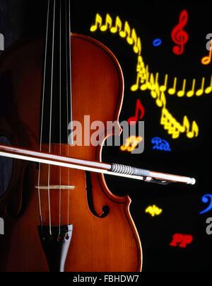 La nature morte de violon et l'arc avec des notes de musique en arrière-plan, Londres, Angleterre, Royaume-Uni Banque D'Images