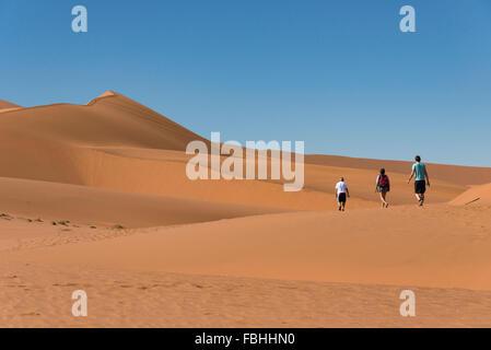 Group walking in desert, Sossusvlei, Désert du Namib, le parc de Namib Naukluft, Région Hardap, République de Namibie