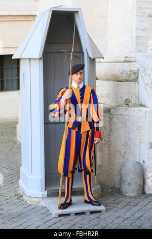 Garde suisse pontificale à l'extérieur de la Basilique Saint-Pierre, Vatican, Rome, Italie. Banque D'Images