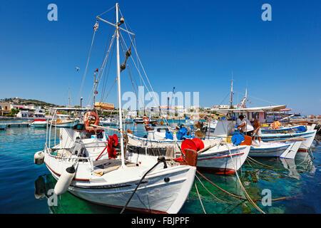Bateaux de pêche au port de La Mongie dans Aegina island, Grèce Banque D'Images