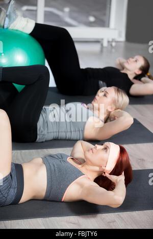 La pratique de remise en forme, groupe de trois belles jeunes femmes travaillant dans le club de sport, faire des Banque D'Images
