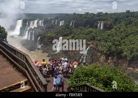 Les touristes à l'affût, Foz do Iguazu, côté Brésil Banque D'Images