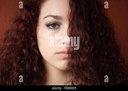 Sullen girl avec des cheveux bouclés Banque D'Images