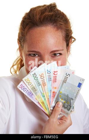 Femme de se cacher derrière des projets de loi de l'argent Euro ventilateur Banque D'Images