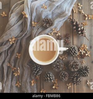 Tasse de café, écharpe, pétales d'hortensias et des pommes de pin Banque D'Images