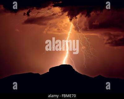 Coup de foudre sur Woolsey Peak, Gil Bend Mountains, Arizona, États-Unis Banque D'Images