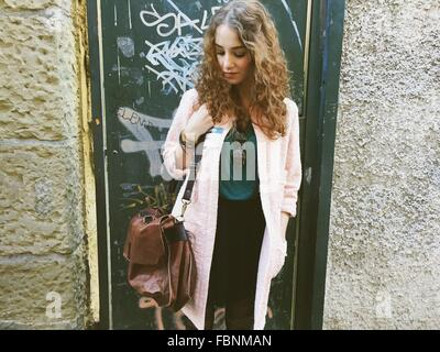 Belle Jeune femme debout à l'extérieur chambre Banque D'Images