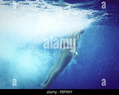 La section basse de Woman Swimming Underwater Banque D'Images