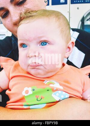 Portrait of Woman with Cute Blue Eyed Baby Girl Banque D'Images