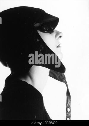 Vue latérale du Jeune femme portant chapeau et lunettes de soleil Aviator