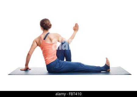 Femme pratique le yoga asana Marichyasana C Banque D'Images
