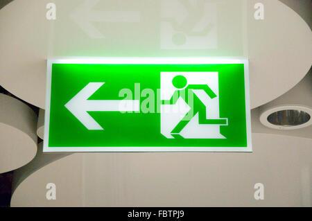 Enseigne de sortie d'urgence vert en station Banque D'Images