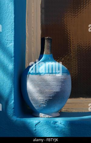 Still Life - poterie Bleu sur l'appui de fenêtre. Banque D'Images