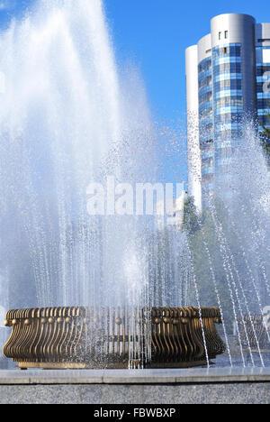 Les éclaboussures d'eau fontaine sur un jour d'été Banque D'Images