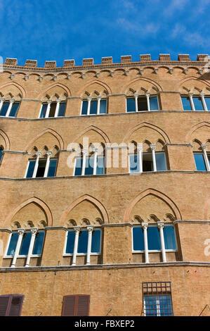 Palazzo Sansedoni donnant sur la Piazza del Campo, Sienne, Toscane, Italie Banque D'Images