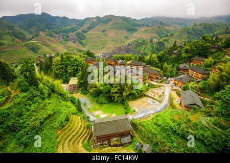 Village sur la montagne Yaoshan dans le Guangxi, Chine. Banque D'Images