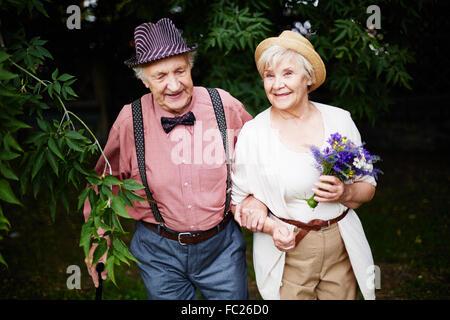 Happy senior couple passer du temps dans le parc Banque D'Images