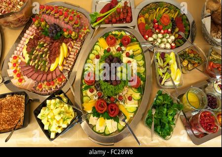 Table avec plateau de fromages et de saucisses, des antipasti, des salades et trempettes Banque D'Images