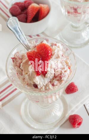 Eton Mess un dessert d'été Anglais traditionnel fait avec des fraises framboises meringue et crème Banque D'Images