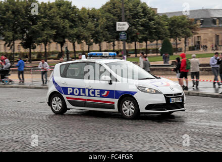 france paris une voiture de police sur un appel d 39 urgence renault scenic banque d 39 images. Black Bedroom Furniture Sets. Home Design Ideas
