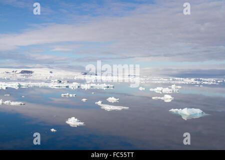 Les nuages se reflétant dans les eaux calmes de l'Antarctic Sound. Banque D'Images