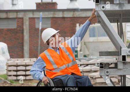Ingénieur caucasienne working on construction site